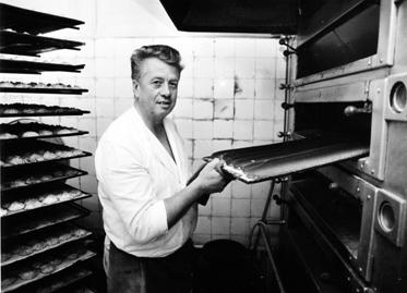 Der Meister beim Abbacken seiner Pfefferkuchen
